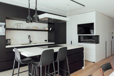 Centraal in deze interieurrenovatie staat de nieuwe keuken, een combinatie van donker en licht.